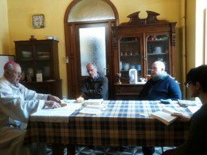 Celebrazione pellegrini con il vescovo bizzeti nella cucina dell'abitazione di Trabzon